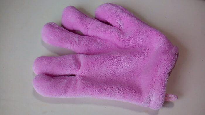 100均ダイソーのピンクのヘアドライ手袋