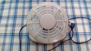 100均ダイソーで買った300円商品の白色のUSB卓上扇風機