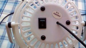 100均ダイソーで買った300円商品のUSB扇風機の裏面とスイッチ