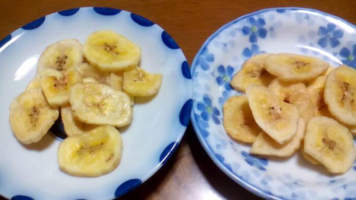 左 業務スーパーのおサルのバナナチップ   右 ドラッグストアのいこいのバナナチップ