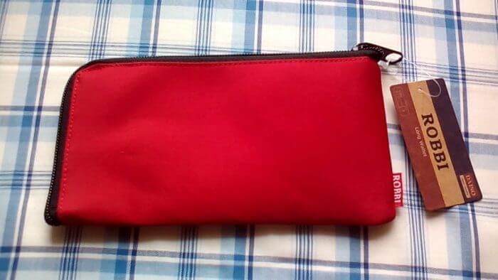 100均ダイソーのROBBIの長財布の赤色