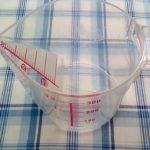 100均ダイソーの上から計れる計量カップはちょっと精度が甘いけれど使いやすいです。