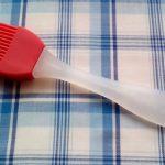 100均ダイソーのシリコン刷毛は根元がちょっと洗いにくいです。