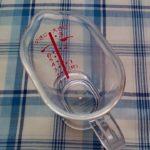 100均セリアのミニ軽量カップがとても便利なのでおすすめしたい。計量スプーンより使いやすいです。