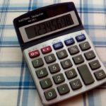 100均ダイソーで買った電卓をもう何年も愛用しています。軽くて小さくてボタンが押しやすくて数字が見やすいのがいいところです。