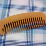 100均ダイソーで買った木の櫛は静電気がたたないので髪に優しくてよいです。椿油で手入れすれば髪がつやつやに!