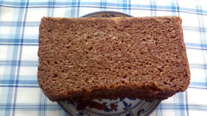 アイハーブで買えるライ麦パンのパンプニッケル(プンパニッケル)を袋から出したところ