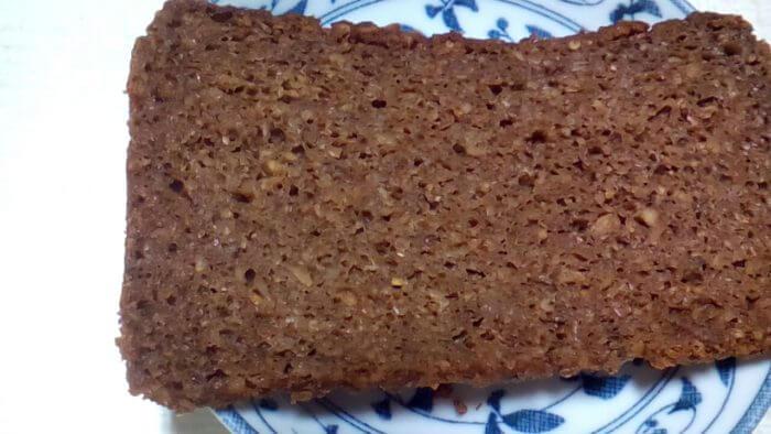 アイハーブで買えるライ麦パンのパンプニッケル(プンパニッケル)の1枚