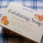 アイハーブのお試し品で買ってみた石鹸 Exfoliating Soap が柑橘系のいい匂いであわ立ちもよくてなかなかおすすめです。