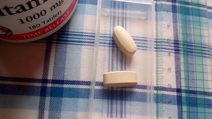 アイハーブで買ったNatural Factors, ビタミンC、タイムリリース、1000 mg、180錠の錠剤の大きさ