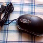 100均ダイソーの300円マウスの二代目はハズレでした。ホイール部分にバリがありまともに回りません。