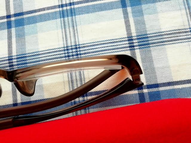 JINS眼鏡のレンズはみ出し部分