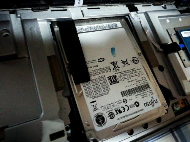 ノートパソコンからハードディスクを取り外すところ