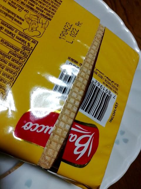 業務スーパーのブラジル産ウエハースのバニラ味を開けたところ