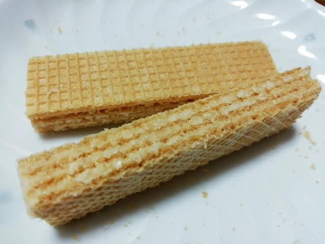 業務スーパーのブラジル産ウエハースのバニラ味の三層のクリーム