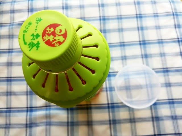 セリアのペットボトル用コップの緑の部分をはめてみたところ