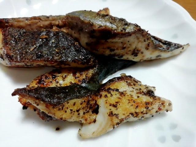 業務スーパーのハーブソルトのイタリアンミックスを白身魚にかけて焼いた物