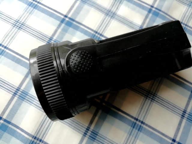 ダイソーのハンディ5LED懐中電灯のスイッチ
