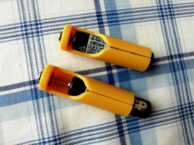 100均セリアで買える単4乾電池を単3サイズにする!電池パック2個入りに単4電池を入れたところ