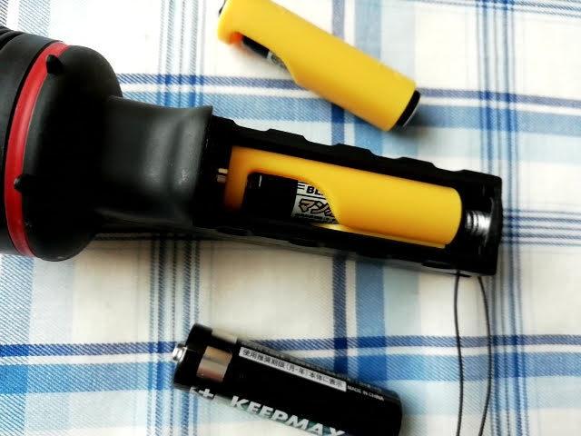100均セリアで買える単4乾電池を単3サイズにする!電池パック2個入りを使って単3乾電池の懐中電灯にセットしたところ