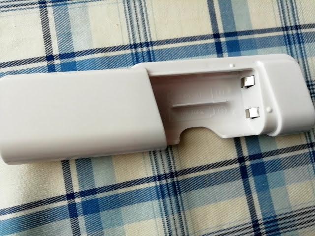 100均ダイソーの電池式モバイルバッテリーの蓋を開けたところ