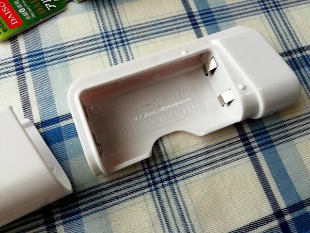 100均ダイソーの電池式モバイルバッテリーの邪魔な電池仕切りを除去