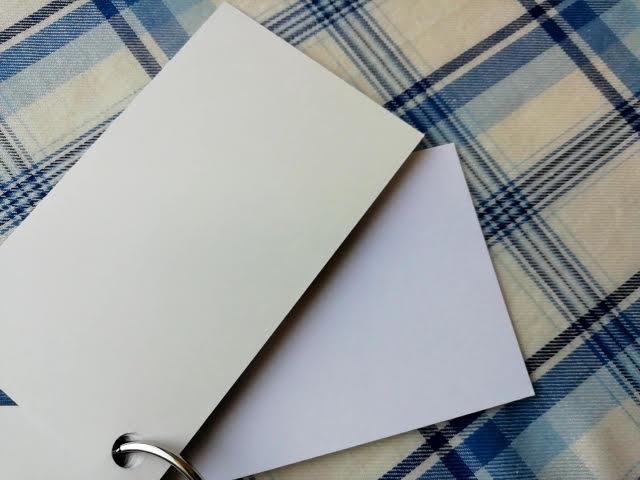 上が上質紙180kgで下がマシュマロホワイト180kg