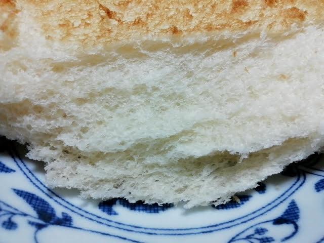 業務スーパーの天然酵母食パンのトーストをちぎったところ