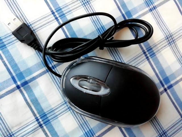 100均キャンドゥの手に収まる小型タイプのUSB光学式マウス