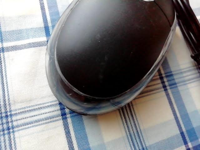 100均キャンドゥの手に収まる小型タイプのUSB光学式マウスの傷や汚れ