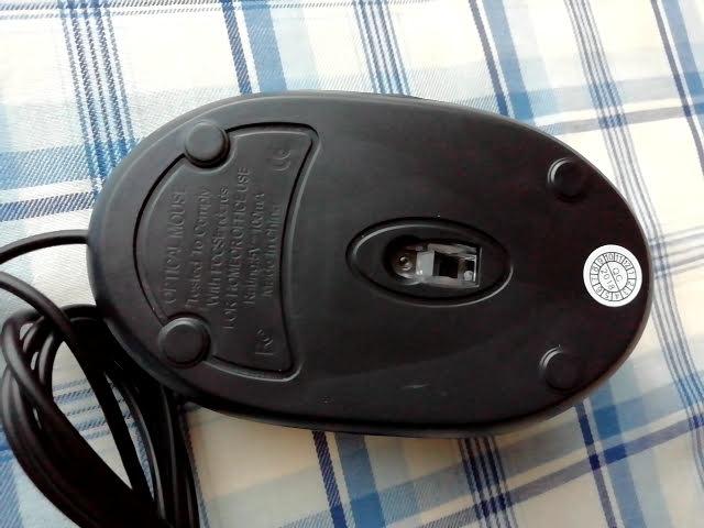 100均キャンドゥの手に収まる小型タイプのUSB光学式マウスの裏面