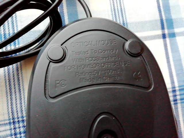 100均キャンドゥの手に収まる小型タイプのUSB光学式マウスの裏面の文字