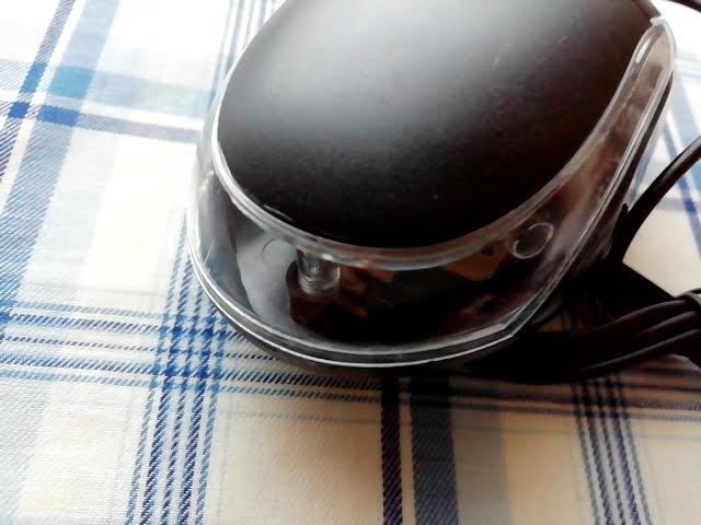 100均キャンドゥの手に収まる小型タイプのUSB光学式マウスの汚れ