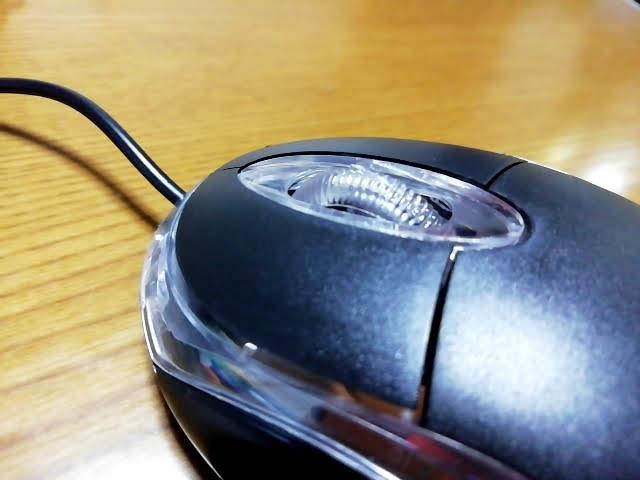 100均キャンドゥの手に収まる小型タイプのUSB光学式マウスのホイールのバリ