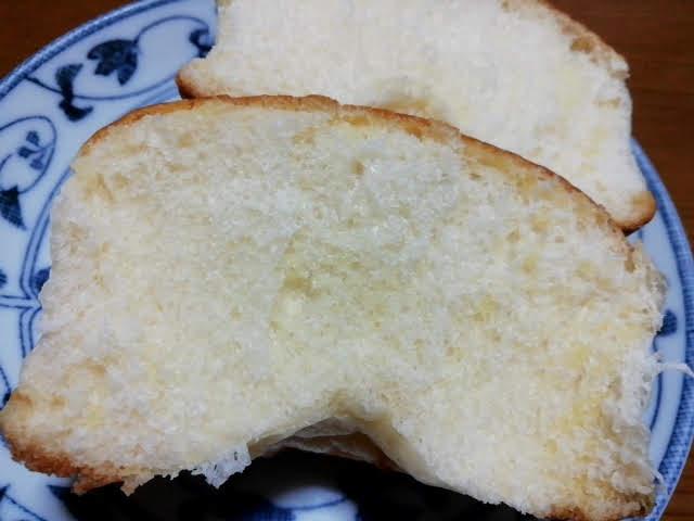 100均ダイソーの濃い塩バターパンを割ったところ