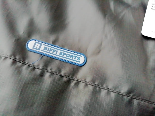 ワークマンのリップ裏フリースBOX型ブルゾンのワンポイントと出てる糸