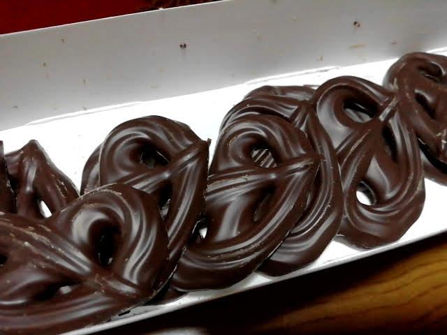 業務スーパーのプレッツェル型ダークチョコレート(オレンジ)は一段14枚入ってます