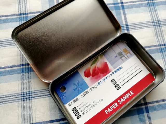 100均ワッツの可愛い缶カンの名刺ケースに名刺サンプルを入れてみたところ