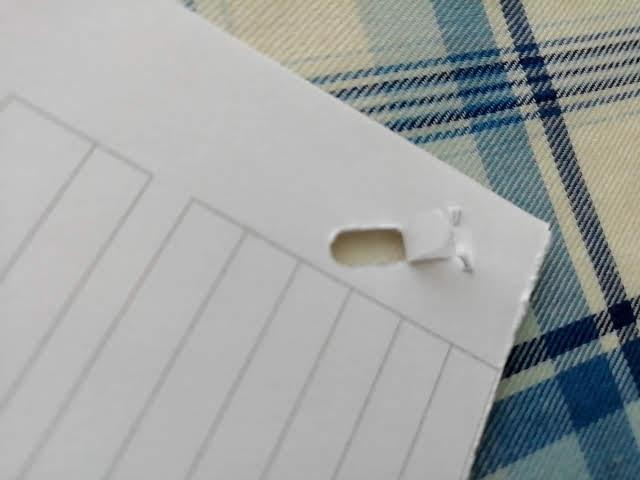 100均セリアの針のいらないホッチキスで紙を二枚綴じてみたところの裏