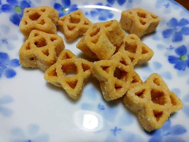 ローソンのザクザク食感のコク旨塩バタースナックの形