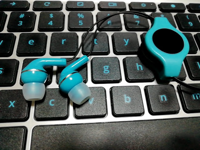 100均セリアの密閉型ステレオイヤホン カラーコードリールの緑色がキーボードとぴったり