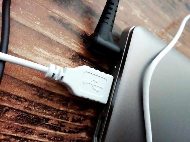 LenovoのIdeapad S130 (11)の左側に電源とUSBを刺したところ