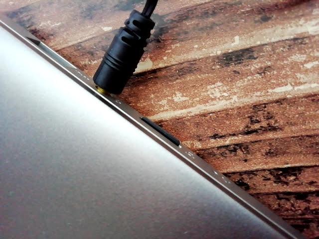 LenovoのIdeapad S130 (11)の右側にイヤホンとマイクロSDカードを刺したところ