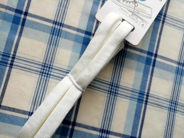 100均ダイソーの伸びる靴紐の白色