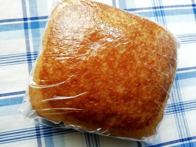 100均ダイソーのもちもちとした黒糖蒸しぱん(沖縄県産黒糖)のパッケージはラップ