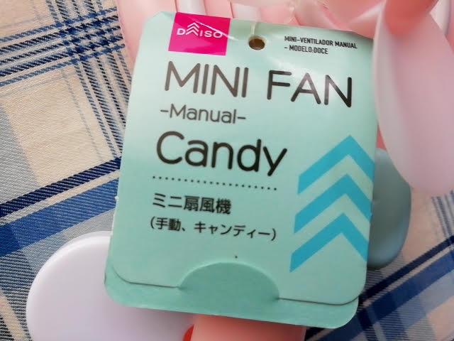 100均ダイソーの手動ミニ扇風機のキャンディ型の札