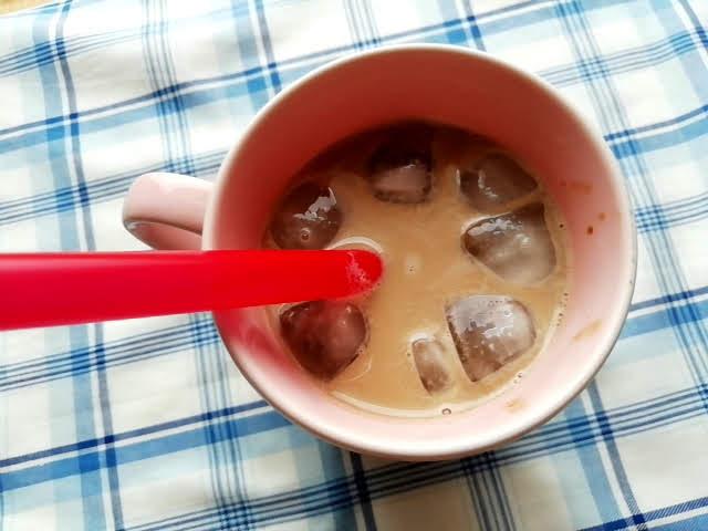 業務スーパーの簡単美味しいタピオカミルクティーの元を電子レンジで解凍して牛乳と氷を入れて完成