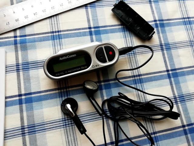 オーム電機 デジタル ミニICレコーダー ICR-U114Nにイヤホンをつけたところ