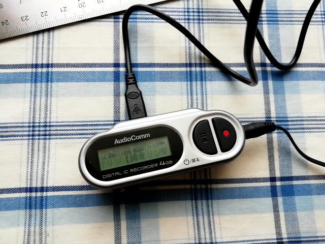 オーム電機 デジタル ミニICレコーダー ICR-U114Nにパソコンから音楽ファイルを入れて再生しているところ