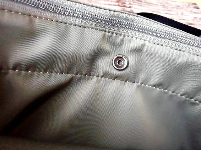 ユニクロの990円のナイロン ミニショルダーバッグの外ポケットのボタン